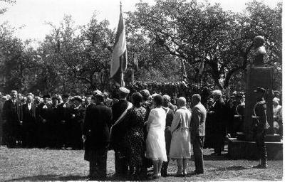 Image from object titled Siužetinė. Paminklo kunigaikščiui Jonušui Radvilai (skulpt. J.Zikaras) atidengimo iškilmių dalyviai 1931 06 28.
