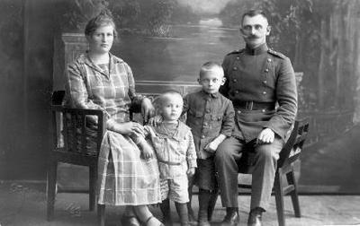 Image from object titled Grupinis portretas. Biržų policijos nuovados viršininko Prano Traškevičiaus šeima. Iš kairės: Emilija Traškevičienė, vaikai Juozas, Pranas ir šeimos galva.
