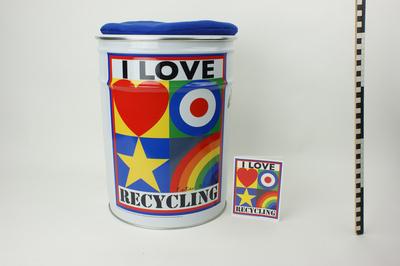 Groot blik in vorm van kruk met blauw kussentje, decor ' I love recycling', met hart, cirkel, ster en regenboog