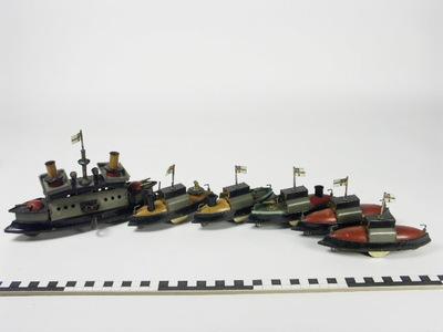 Vloot van oorlogsschepen met kruiser en 5 volgboten