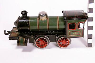 Locomotief met 2 plattewagons, kantelwagon, 2 openwagons, tankwagon en 2 sleutels