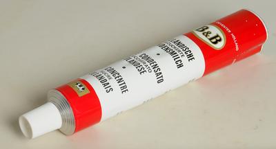 Ronde tube met plastic dop voor gecondenseerde melk can Coberco, Deventer
