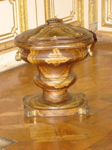 vase ; Vase ovale de la garde robe de Louis XV