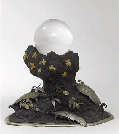 groupe relié (2) ; Trois tortues (Un rocher en bronze avec une boule de cristal.)