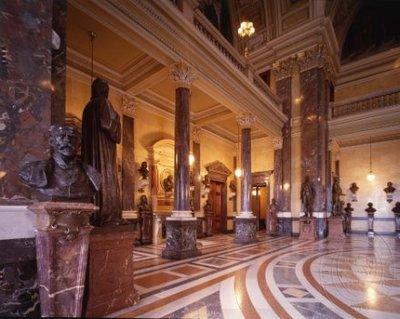 Pohled do Pantheonu, v bezprostřední blízkosti busta Antonína Dvořáka