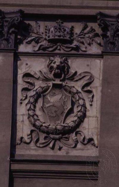 Dekorativní štukové motivy v hlavním průčelí