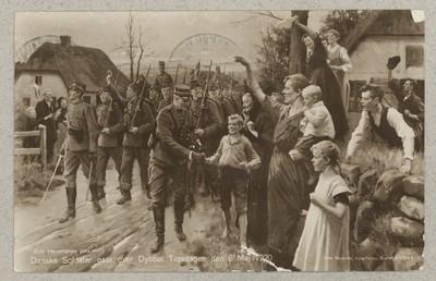 Danske Soldater gaar over Dybbøl Torsdagen den 6' Maj 1920