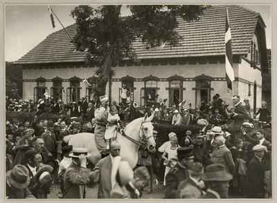 Kong Christian X på den hvide hest med den lille hvidklædte pige