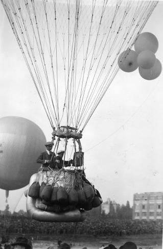 Image from object titled Air - Aeronautique : Ballon : Ballonwedstrijd Coupe Aéronautique Gordon-Bennett  te Solbosch, Brussel: Niet geïdentificeerde ballonvaarders