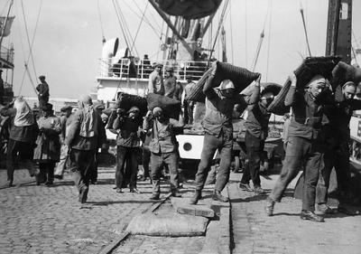 Image from object titled Docker: dokwerkers aan het werk in de haven van Antwerpen