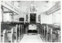 """Image from object titled Breisach am Rhein, FR; Synagoge, Innenansicht: """"Links hinten Gedenktafel mit Namen der im 1. Weltkrieg Gefallenen, Mitte vorn Beschneidungsstuhl mit Samtbezug..."""""""
