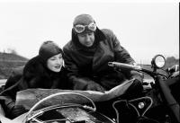Image from object titled Bukarest: Im Motorrad, Mann zeigt Frau die Landkarte