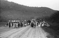 Image from object titled Voislava: Von der Ernte kommende Bauern auf der Straße, gehend