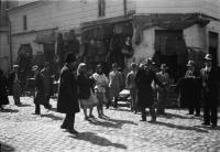 Image from object titled Bukarest, Straßen- und Marktleben in Bukarest: Kleiderhändler in der Straße Lazar