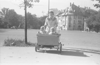 Image from object titled [Bukarest]: Parc Ioanid: Zwilling Vladoianu im Wagen mit Schwester