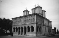 Image from object titled Bukarest: Metropolie, Außenansicht, rechts zwei Autos