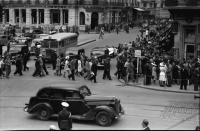 Image from object titled Bukarest: Verkehr vor dem Circul Militar [Militärzirkus], Fußgänger quer