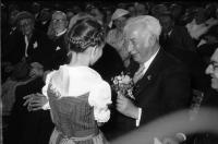Image from object titled Hausen im Wiesental: Bundespräsident Heuss mit Schwarzwaldmaidli