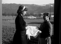 Image from object titled Bregenz, Hörbranz: Europadorf, Maria Mirzetta (Jugoslawien) und Frau Czorny an Haustür