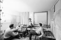 Image from object titled Freiburg: Studenten im Studentenhochhaus bei Diskussion im Zimmer