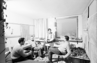 Image from object titled Freiburg: Studenten im Studentenhochhaus bei Diskussion im Zimmer