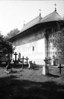 Image from object titled Arbore: Klosterkirche, Vordergrund Friedhofskreuze