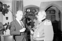 Image from object titled Freiburg: Regierungspräsidium; Bundesverdienstkreuz am Bande für Friedrich Keller und Joh. Dummermuth; Joh. Dummermuth erhält Bundesverdienstkreuz