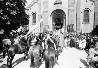 Image from object titled Freiburg; St. Georgen: St. Georgsritt; Aufstellung der Pferde zur Segnung; mit Kirchenportal