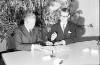 Image from object titled Freiburg: Unterzeichnung einer Vereinbarung über die deutsch-französische Gemeinschaftsabfertigung am Grenzübergang Breisach; Unterzeichnungsakt; Präfekt des Dép. Haut Rhin, Jacques Lenoir, Präsident Dr. Bolder