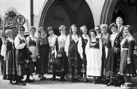Image from object titled Freiburg: Sagene off. Laererskole Oslo; Besuch norwegischer Lehrer; Gruppe in Trachten vor dem Rathaus
