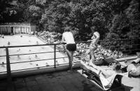Image from object titled Badenweiler: Markgrafenbad; zwei Personen auf der Schwimmbadterrasse