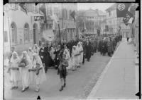 Image from object titled Fidelisfest in Sigmaringen 1936; Prozession in der Antonstraße, am linken Bildrand Cafe Stumpp, im Hintergrund Prinzenpalais; im Mittelpunkt Monstranz