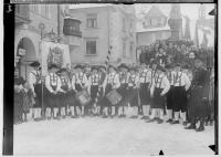 Image from object titled Fasnacht Sigmaringen 1933; Bräutlingsgesellen vor dem Rathausbrunnen; 4. von links: Sattler und Tapezierer Burkhart