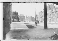 Image from object titled Caudry (?), Straßenszene mit Soldaten und Zivilisten und Stadttor