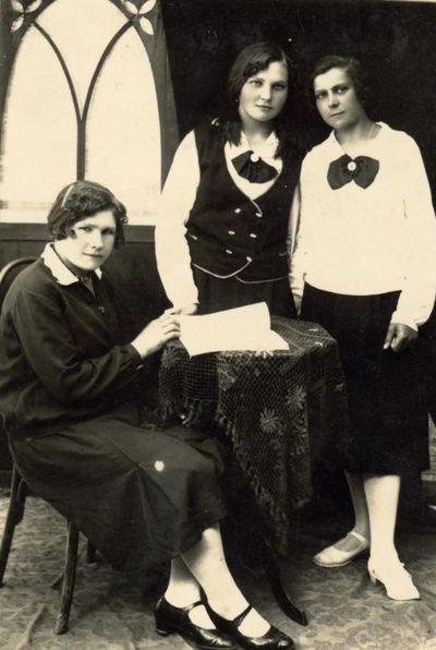 Trys merginos B. Rastausko ateljė