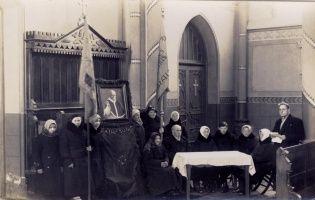 Prie popiežiaus paveikslo Pabiržės bažnyčioje