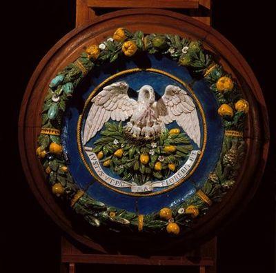 Medalhão com a representação do Pelicano Eucarístico alimentando os filhos com o seu sangue trabalhado em baixo, médio e alto relevo. O medalhão é emoldurado por cercadura de folhas (pinheiro, louro...), pinhas e núcleos...