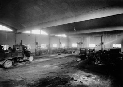 Image from object titled [Interior de nave. Taller con automóviles]