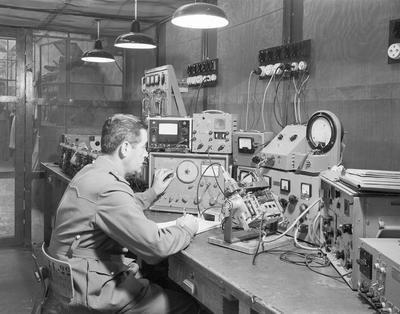 Militares manipulando aparatos
