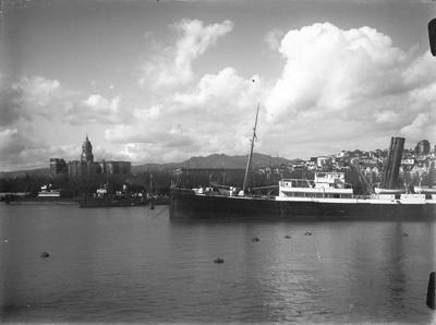 Málaga. Dampfer mit Kathedrale [Barco de vapor y la catedral de la Encarnación]