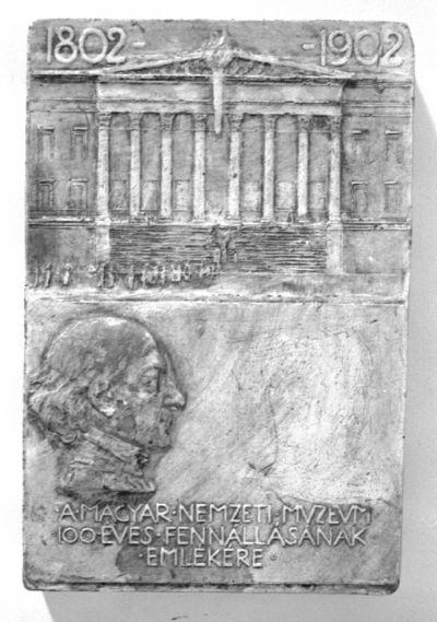 A M.N. Muzeum 100 éves fennállása – plakett