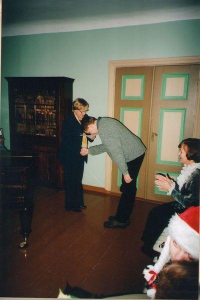 Foto. Kreutzwaldi mälestuspäev. ANDRUS KIVIRÄHK Võtab vastu õnnitlusi Siiri Toomikult. Võru, 14.12.2003.