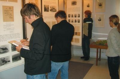 Image from object titled Foto. Viljandi Paalalinna Gümnaasiumi õpilased muuseumis ekskursioonil. Võru, 12.10.2006.