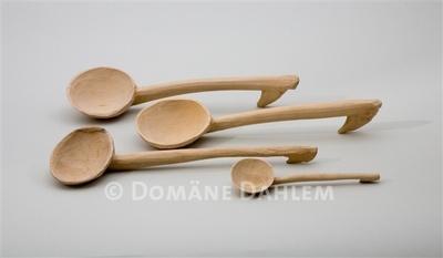 Vier geschnitzte Holzlöffel (Drei Schöpflöffel und ein Ess- beziehungsweise Rührlöffel)