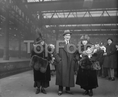 Famous Comedian Home Again  Miss Marie Tempest who was first England 's finest comic opera singer and then Queen of comedy arrived at Waterloo station , London after touring the world . Left to right Miss Florence Tempest...