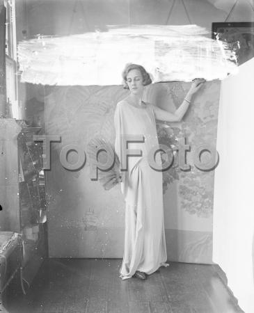 Society beauty ' s new hobby Miss Paula Gellibrand 11 August 1922