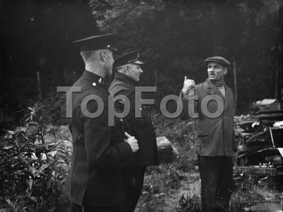 Individuals point out arguments at the demolishing of the shack in Kingsdown . 1936