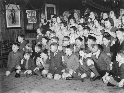 Toffee apple contest in Lamorbey , London . 1937