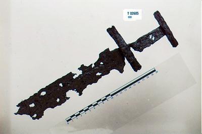 Image from object titled haandtaget med hjalter og omtr. 1/3 af klingen/stykker af klingen/odstykke/sverd