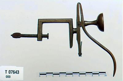 Image from object titled skaal/Redskab for sybordet/skrueinnretning/Klype